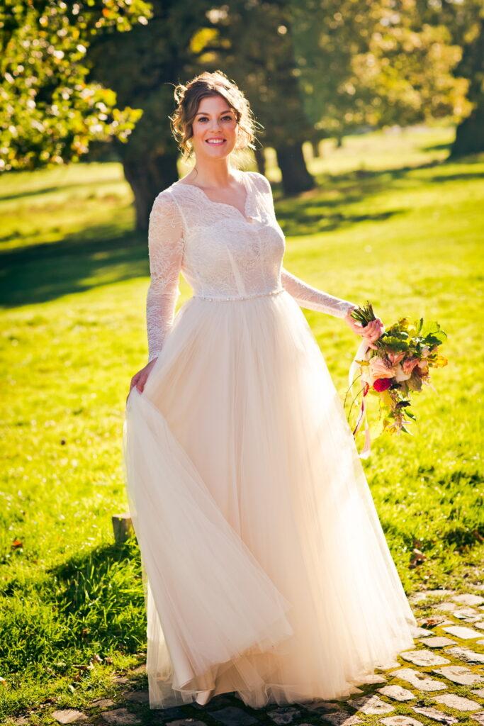 Stunning bride in Richmond Park with autumnal flowers